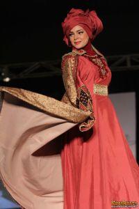 dewi_sandra_saat_menjadi_model_dari_dian_pelangi_fashion_show_gandaria_city_sabtu_6_juli_2013-20130707-007-acat